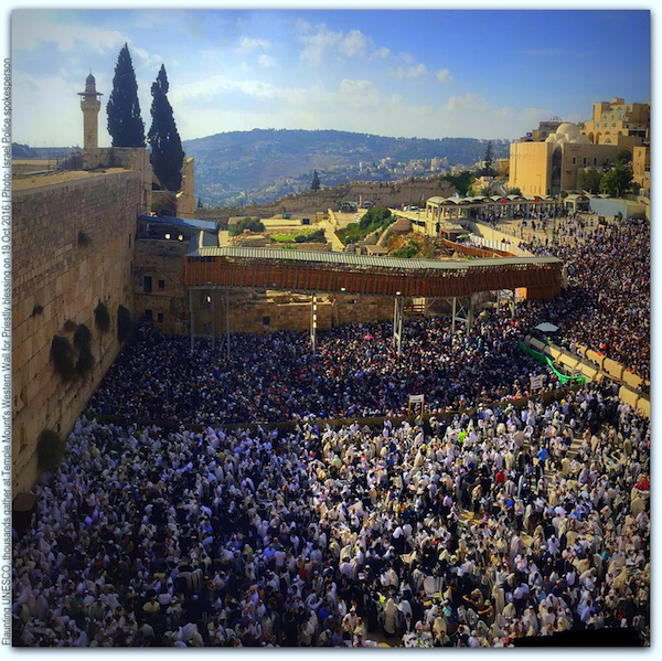 Flaunting UNESCO 1000s gather at Western Wall for Judaisms high priestly blessing 19 Oct 2016 Photo Israel Police spokesman on Twitter TITLE